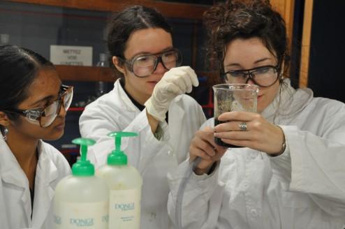 Etudiants de chimie magique testant un ferrofluide